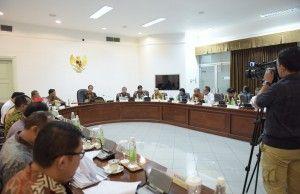 Presiden Jokowi saat memimpin Rapat Terbatas tentang pendidikan dan pelabuhan…