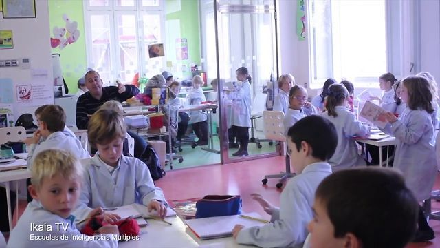 Vídeo sobre escuela que aplica metodología basada en la teoría de las inteligencias múltiples. Interesante por la organización del espacio en el aula.