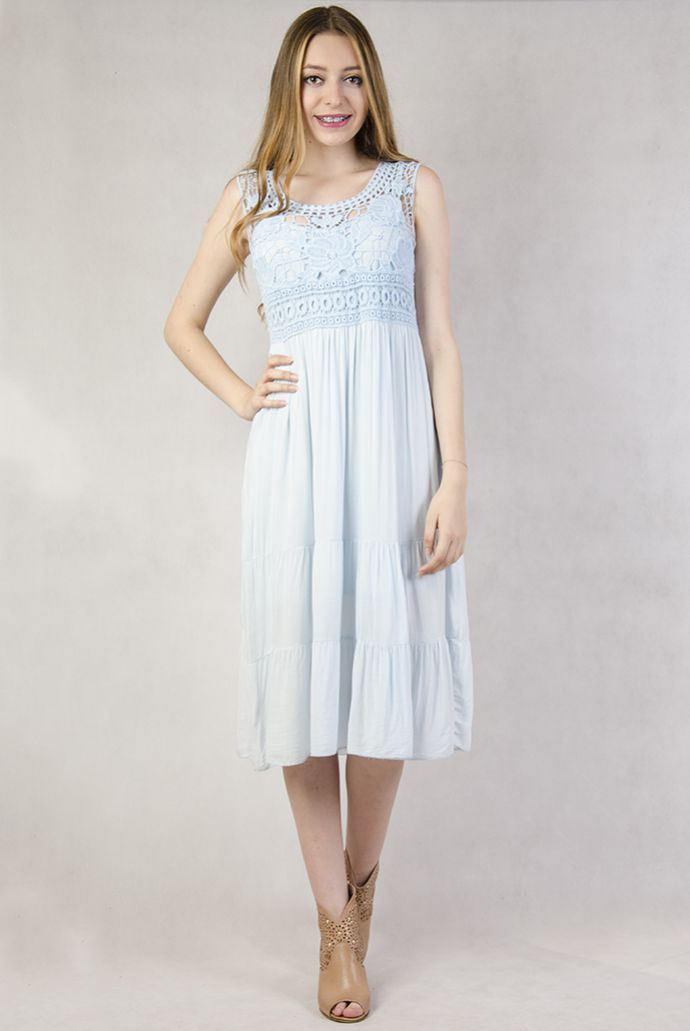 Niebieska sukienka maxi z koronkową wstawką
