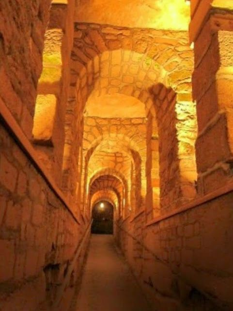 Miljoenen schedels in de catacomben van Parijs.