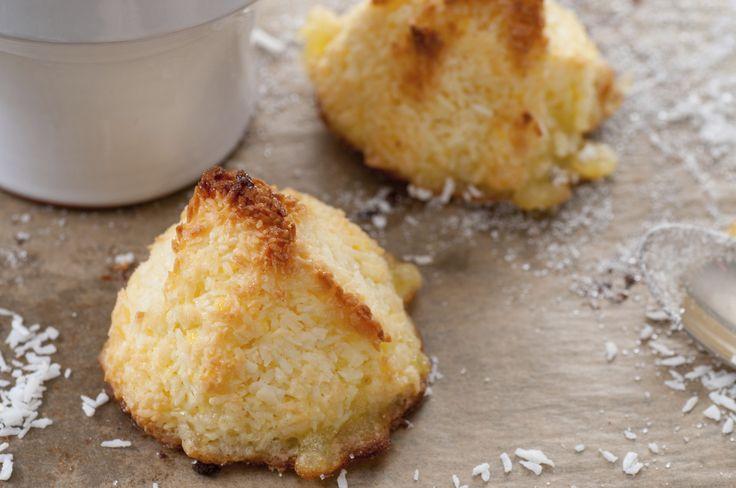 Deze kokosmakronen maak jevan slechts twee ingrediënten. Men neme: een flinke hoeveelheid koksrasp, een zelfde hoeveelheid gecondenseerde melk en 10 minuutjes geduld.