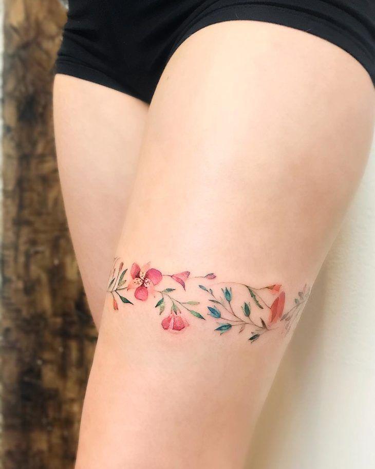 Tatuagem na coxa: 120 ideias para você pensar na sua próxima tattoo | Tatuagem na coxa, Tatuagem, Tatuagem coxa feminina