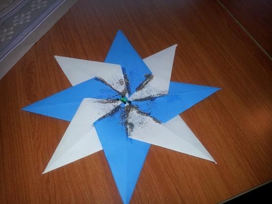 vouw van 8 vouwblaadjes een stropdas, diagonaal door de helft, dan 2 punten naar de vouwlijn. Plak de acht punten aan elkaar en versier met glitter