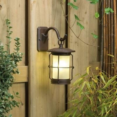 Lampa ogrodowa ścienna led Callisto Plug-Play Kinkiet z aluminium malowanego proszkowo na kolor brązowy. Źródłem światła jest energooszczędny led 1 Watt o ciepłej barwie światła. Do tej lampy można dokupić lampę stojącą o takim samym kształcie pod nazwą Locos.  System Plug-Play umożliwia połączenie całego szeregu lamp za pomocą wodoszczelnych przewodów i złączy , które można zakopać w ziemi ( zobacz zdjęcie w galerii oraz produkty pasujące ) $41