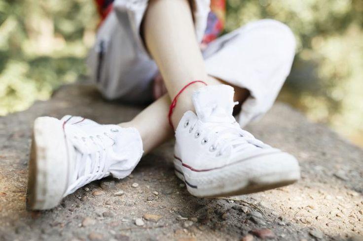 ¡Para que siempre parezcan como nuevas! ¿Quieres usar tus tenis blancos pero están manchados? Existen muchos productos que prometen limpiarlos y dejarlos como nuevos, pero lo cierto es que son muy abrasivos y dañan la tela, obligándote a desecharlos. Con estos tips para lavar tenis blancos de tela, ya no