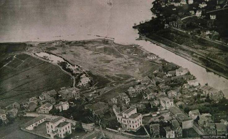 Kurbağalıdere'nin Marmara'ya döküldüğü yerin havadan görünümü. Şimdiki Dereağzı tesislerinin olduğu yer.