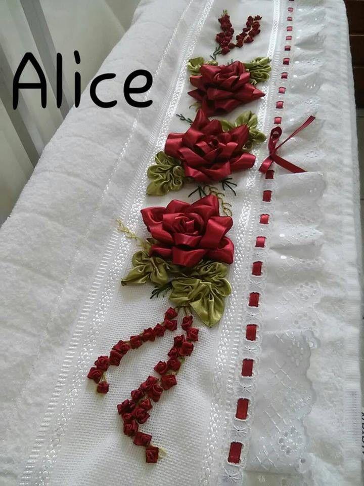 Jogo de toalha, banho e rosto, bordada em fita de cetim, com barrado de bordado inglês e passa fitas.