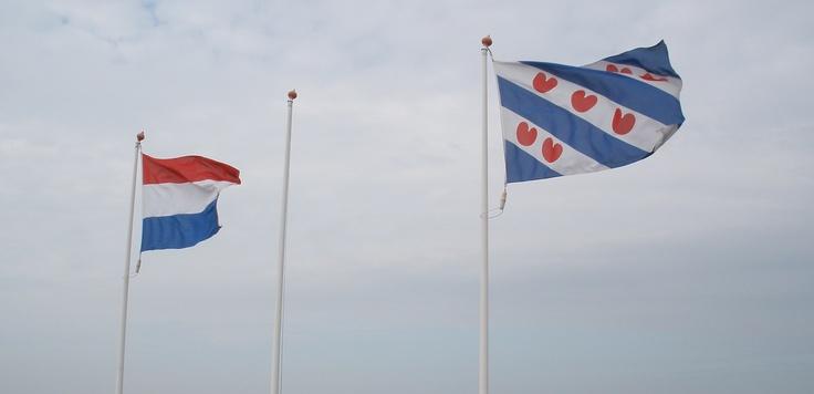 Op de afsluitdijk; friese vlag