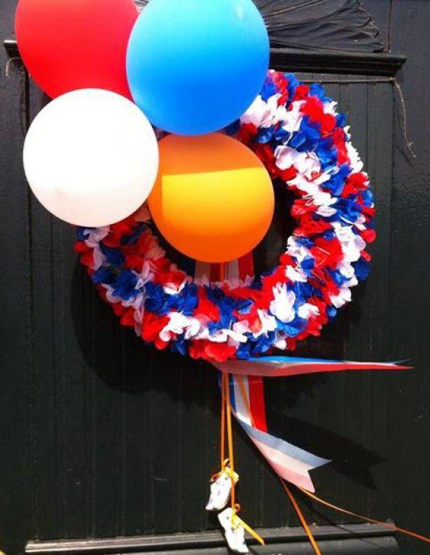 Koningsdag, 40 cm stro krans, 10 slingers (Xenos), klompjes (Xenos), lint (Xenos) en ballonnen.