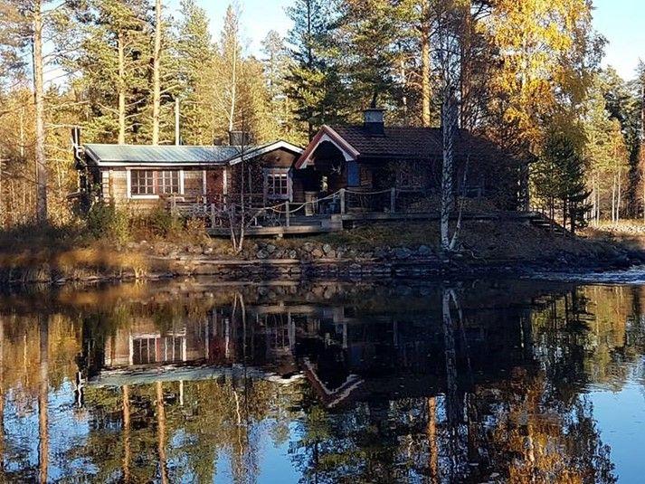 Stuga med fantastisk sjötomt i Hälsingland, norra Sverige. Här kan ni spendera er semester, hyr stugan hos oss på https://sverigestugor.eu