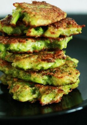 Salé - Galettes de brocoli au parmesan (10 galettes). Préparation : 15 mn-Cuisson : 30 mn. Ingrédients : 1 brocoli-65g de farine-1 oeuf-30g de parmesan en poudre- 1 gousse d'ail-1/2 càc de sel-poivre-huile pour la friture. Recette sur le site.