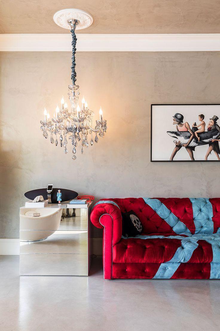 Decoração moderna, decoração ousada na medida certa, sala de estar, sala, sofá vermelho, luz natural.