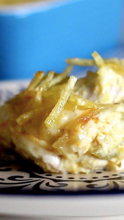 Receita com instruções em vídeo: Fricassê de frango é ótimo e super prático de preparar em casa. Ingredientes: 1 lata de creme de leite, 1 lata de milho verde, 250g de requeijão, 100g de azeitona sem caroço, 2 peitos de frango desfiado, 200g de muçarela fatiada, 100g de batata palha