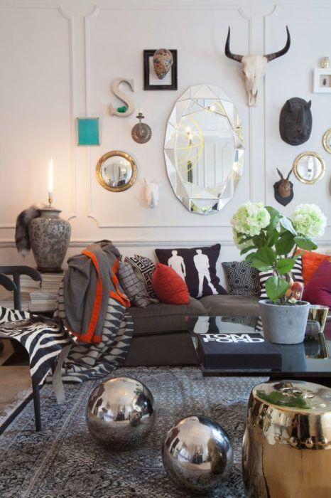 Овальное фацетное зеркало в интерьере гостиной комнаты в стиле эклектика.