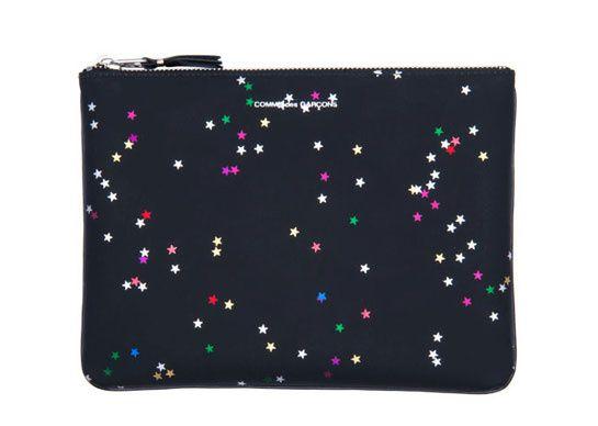 Comme des Garçons Pochette d'iPad étoiles http://www.vogue.fr/mode/shopping/diaporama/cadeaux-de-noel-multicolore/11110/image/656371#!comme-des-garcons-pochette-d-039-ipad-etoiles-137-euros