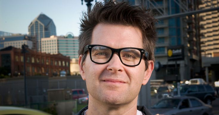 マーク・フラウンフェルダー(Mark Frauenfelder)は、元パンクミュージシャンで、Makeマガジンや世界で最も影響を与えたブログのひとつであるBoing Boingのファウンダーであり、雑誌WIREDの初期の編集者でもある。機械工学を自身のバックグラウンドに持つ非常にクリエイティブな人物だ。多くの仕事の中でも、1993年にビリー・アイドルの「Cyberpunk」をカバーしたミュージックアルバムを作ったことは特筆される。そんなマーク・フラウンフェルダー氏に、Makeマガジンの創刊時のことや、現在のMakerムーブメントについて聞いた。(インタビューアー:Francesco Fondi 翻訳:金子茂)