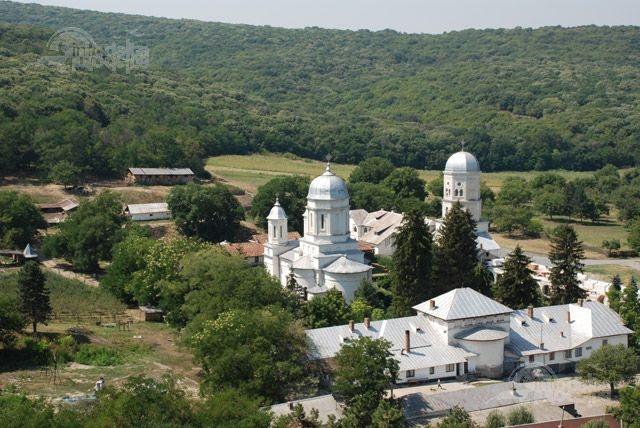 Manastirea Cocos este situata in judetul Tulcea, la o distanta de aproximativ 6 km de comuna Niculitel.  http://www.info-delta.ro/manastiri-42/manastirea-cocos-129.html