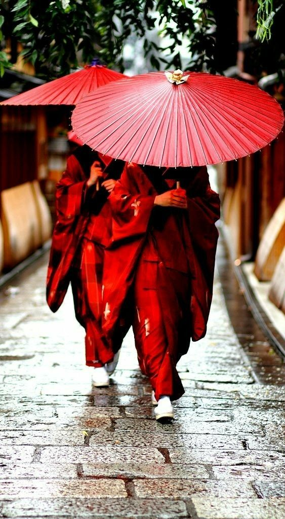 Los dos elementos más importantes que asociamos con el rojo son el fuego y la sangre, por esta razón, tiene un simbolismo universal que va más allá de las diferencias culturales.