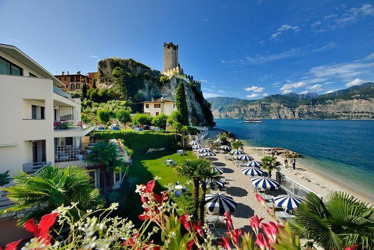 A legnagyobb a gleccsertavak közül a lombardiai tartományban található Garda-tó, amelyet északról az Alpok csúcsai és délről a lapos síkság határol. Kertek, gyümölcsösök és erdők szegélyezik a partjait, amelyek festői hátteret nyújtanak a pihenés, kikapcsolódás céljából idelátogatók számára. A legdélebbi város Sirmione, amelynek területén természetes meleg források, egy kis vár és Észak-Olaszország legnagyobb római kori romjainak gyűjteménye található...