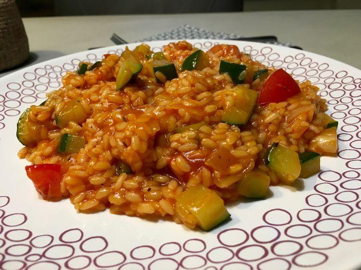 Nieuw recept: Tomaten-courgetterisotto:  Risotto, het is een bijzonder en lekker Italiaans gerecht dat in iedere kookweek past. Helaas moet je wel de tijd nemen voor een lekkere risotto klaar te maken, het is een #recept dat je eigenlijk niet op voorhand kunt klaarmaken dit omdat het vocht rustig opgenomen moet worden door de rijst.   http://wessalicious.com/tomaten-courgetterisotto/