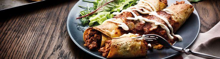 Enchilada's zijn gevulde opgerolde maïstortilla's, overgoten met een heerlijke tomaten- of chilisaus en gegratineerd in de oven. Een echte Tex Mex klassieker. Tip: Voeg wat cottage cheese aan de vulling toe voordat je de enchilada dichtvouwt. Dat maakt 'm lekker romig. Weetje Enchilada'szijn opgerolde maistortilla's gevuld met vlees, uien enbonen, overgoten met een heerlijke tomaten- …