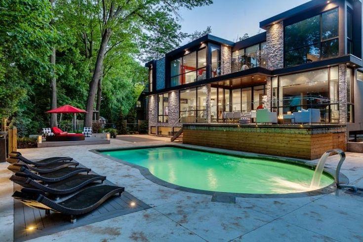 piscine enterrée avec éclairage led vert, chaises longues modernes et coin lounge rouge