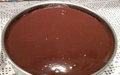 Κωκ ταψιου !!!! Υλικά 1 κούπα αλεύρι 1 κούπα ζάχαρη 5 αβγά 1 baking powder 2 βανίλιες 2 κ.σ. νερό για την κρέμα 2 1/2 λίτρα γάλα 1 1/4 κούπας κορν φλάουρ 3 κούπες ζάχαρη 5 κροκάδια 2-3 βανίλιες για την επικάλυψη 200 γρ.εβαπορέ αδιάλυτο 200 γρ. κουβερτούρα Εκτέλεση Βάζουμε σε μπολ όλα