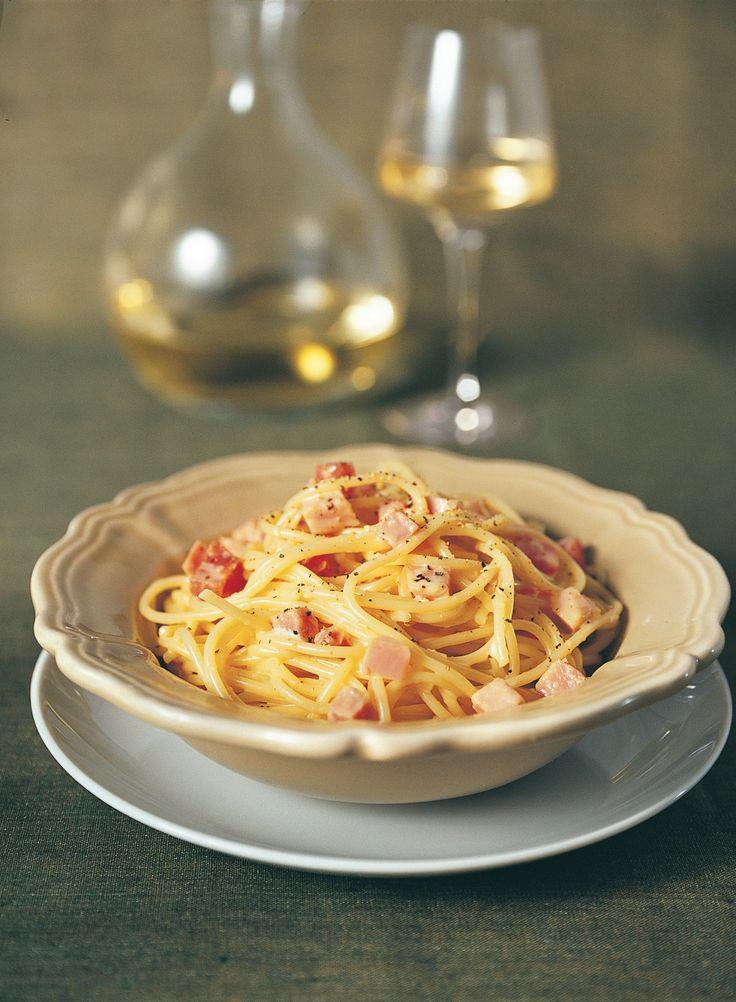 Lessate gli spaghetti. Nel frattempo mettete in una ciotola i tuorli, il mascarpone, abbondante formaggio grattugiato, il prosciutto tagliato a dadini, sale e...
