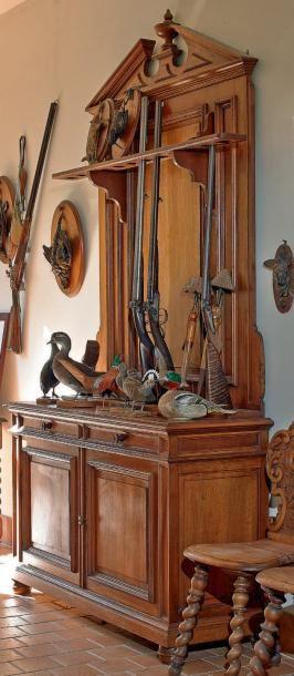 Buffet porte-fusils en noyer mouluré ouvrant à deux tiroirs et deux vantaux. Style Louis XIII, fin du XIXe siècle. Hauteur: 233 cm - Largeur: 141 cm - Profondeur: 45 cm - Beaussant Lefèvre - 14/11/2014