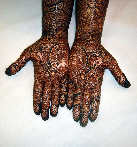 One style of Mehndi that describes the floral designs very elegantly and is very diverse and popular is – ARABIC MEHNDI DESIGN