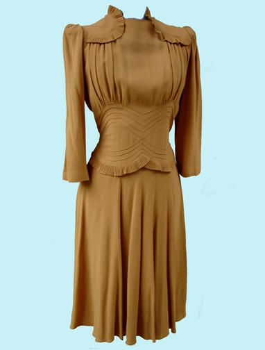 Love the shoulders, collar and waist on this 1940s dress. #vintage #1940s #fashion