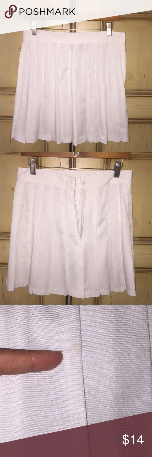 TRACY EVANS white pleated skirt Super cute TRACY EVANS white pleated skirt (like tennis skirt) . Side zipper --- size 11 kids --- I say it fits like a size 4 for women, I used a few times. Best memory is for the PGA TOUR in Charlotte. Has a tune blemish in the front, see picture 3 Tracy Evans Skirts Midi