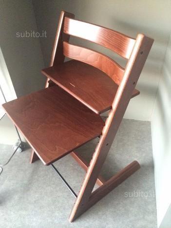 SEGGIOLONE TRIPP TRAPP Stokke(r) è una sedia per bambini che cresce con il bambino.  può essere provvista di una barra di protezione per i più piccini, quando sono ormai in grado di stare seduti da soli (di solito tra i 6 e i 9 mesi).  Colore: NOCE SCURO.  Dimensioni: 46,5 x 47 x 77,5h cm.  Nuovo, usato solo per esposizione.  prezzo di vendita nel negozio 259.00 euro  per cessata attività ultimo pezzo rimasto  a soli 199.00 euro  possibile chiedere anche gancio per bambini piccoli e cuscino