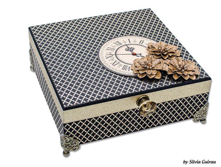 caixa decorada com papéis metalizados foil flores artesanais e pés de metal