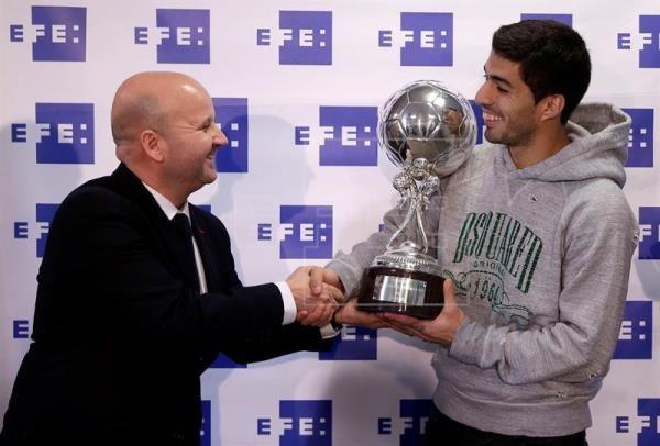 El internacional uruguayo Luis Suárez ha recibido este mediodía en la Ciudad Deportiva del FC Barcelona el 'Trofeo EFE' al mejor jugador latinoamericano de la Liga española en la temporada 2014-2015.