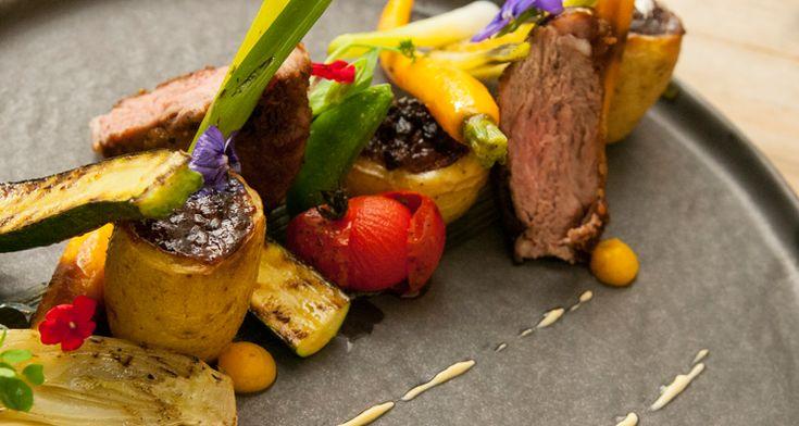 Iberico pluma, gegrilde minicourgette, gegrilde minivenkel, jonge wortel, lente-ui, krielaardappel gevuld met stoofvlees van pluma, mousseline van pickles | Dolce world