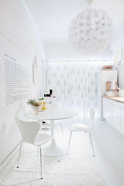 Pequeña cocina en blanco
