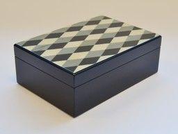 COFANETTO PER GIOIE Laccato nero lucido con top intarsiato a mano a rombi in legni pregiati. Interno in tessuto con vassoi e divisori cm. 29 x 20,5 x 10,5