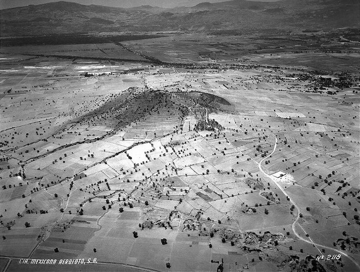 El Cerro de la Estrella y sus alrededores en una toma aérea de 1941. La vista es hacia el suroeste; a la derecha se distingue el poblado de Culhuacán, y en la parte superior, el trazo del Canal Nacional y del Canal de Chalco, así como la zona de Xochimilco.  Imagen: ICA/Aerofoto