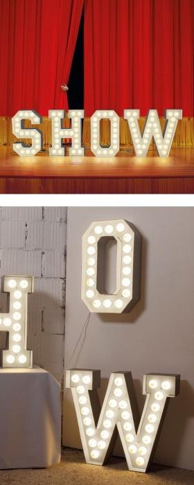 Lettere luminose VEGAZ in metallo.  (Italia)   Lettere in metallo verniciato bianco che illuminano grazie ad una serie di lampadine a bassissimo consumo (LED).   Da muro o da terra.