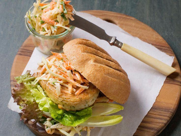 Fiskekarbonader og eplecoleslaw i grovt burgerbrød - Gå til fiskedisken og spør etter grove fiskekarbonader med høyt fiskeinnhold, de egner seg godt til burgere. Og med grove hamburgerbrød blir dette en skikkelig god og sunn rett til hele familien!