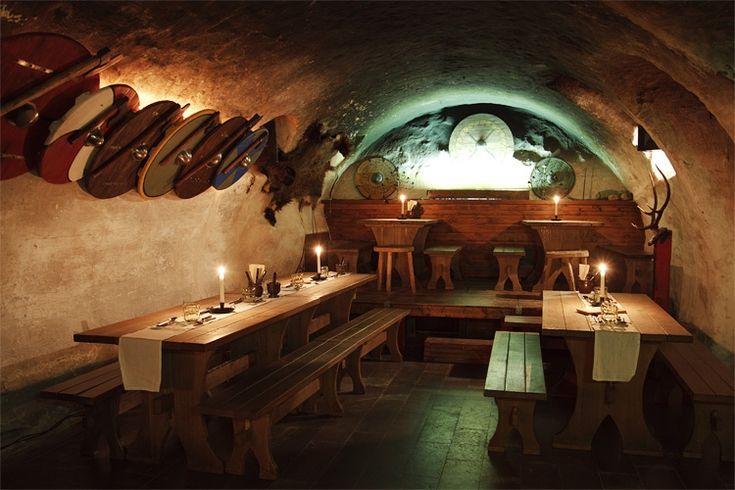 Il ristorante Sjätte Tunna è proprio nel cuore della Stoccolma antica in una cantina del 1600. I tavoli sono rustici e ci si siede su delle panche.