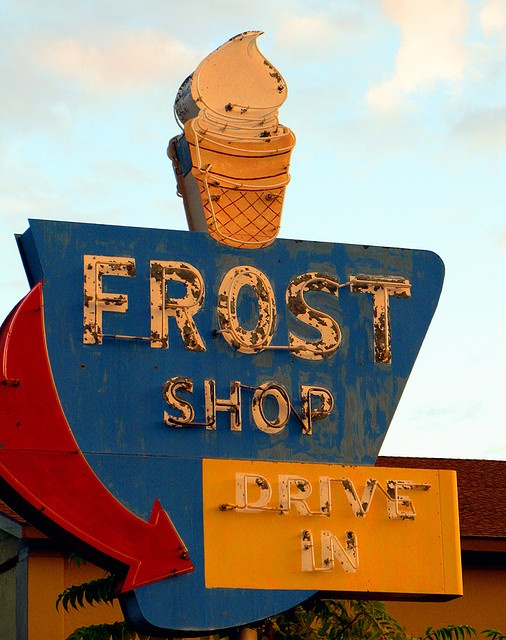 'Frost Shop' Drive-In Neon Sign: Mariposa, California / photo by avilon_music