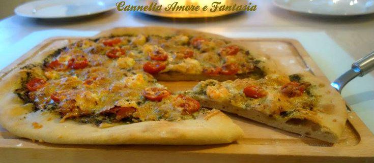 Pizza al pesto con gamberi e prosciutto