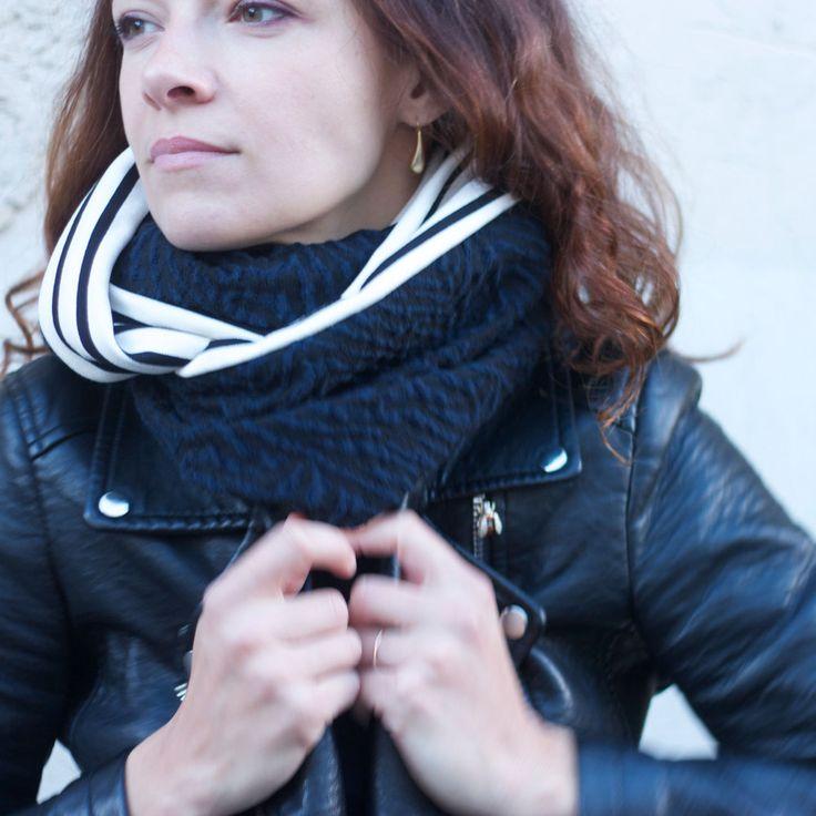 """Infinity scarf 135 x 27cmNavy/black mixed woolBlack/offwhite striped cotton/polyester Echarpe ronde à porter en simple ou double tour.135 x 27cmLaine mélangée """"zébrée"""" marine/noirCoton/polyester à rayures écru/noir"""