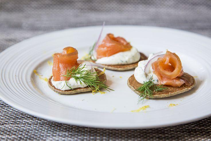 Blinis au saumon fumé et fromage à la crème fouetté aneth et citron #recettesduqc #dejeuner #brunch #saumon #sarrasin
