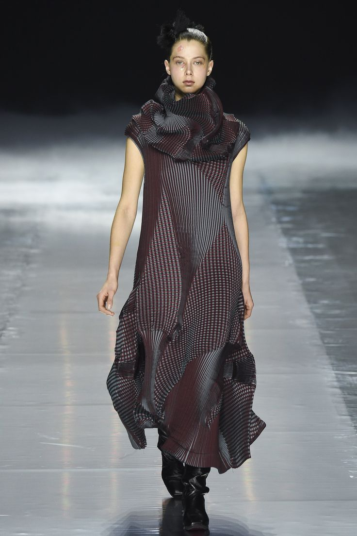 Issey Miyake Fall 2016 Ready-to-Wear Collection Photos - Vogue