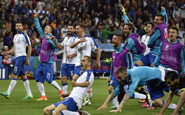 The Italy squad celebrate a 2-0 victory following the Euro 2016 group E football match between Belgium and Italy at the Parc Olympique Lyonnais stadium in Lyon on June 13, 2016. / AFP / jeff pachoud