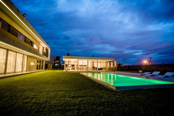 LA PLATA. El estudio A + V arquitectos es el autor de esta casa, ubicada en el Barrio cerrado Don Luis. Síntesis, funcionalidad, líneas puras y un diseño único en cada ambiente son las premisas que guiaron este proyecto donde el azar está fuera de juego.