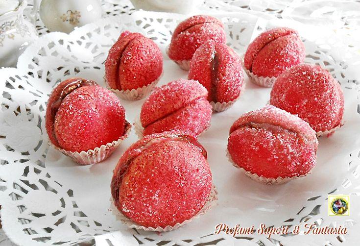 Peschine alla crema di cioccolato Oggi vi faccio assaggiare lepeschine alla crema di cioccolato,un dolce tipico della mia terra la Romagna, infatti da ch